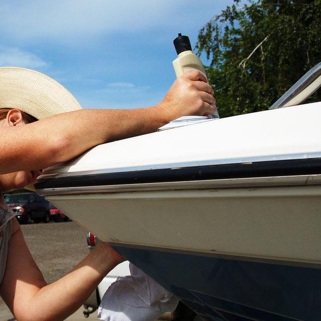 Mycie łodzi od zewnątrz